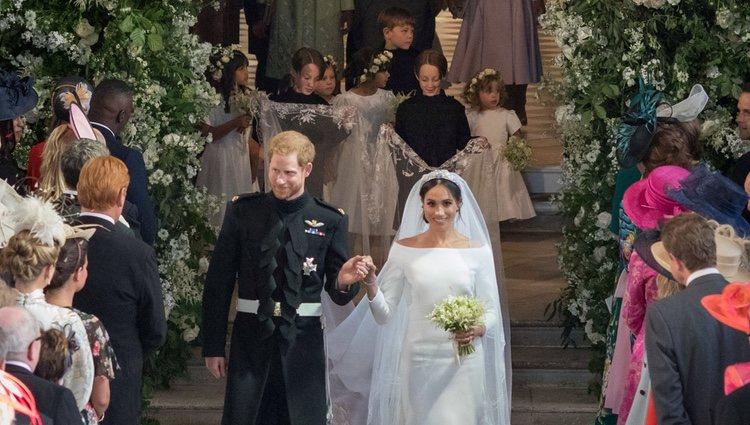 El Príncipe Harry y Meghan Markle convertidos tras su boda con las damas y los pajes detrás