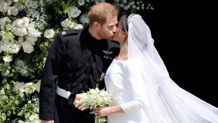 Meghan Markle y el Príncipe Harry se besan tras su emotiva boda