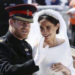 Meghan Markle y el Príncipe Harry saludando desde el carruaje
