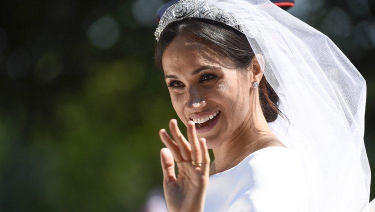 Meghan Markle saluda sonriente desde el carruaje