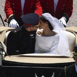 El Príncipe Harry y Meghan Markle se besan en el carruaje