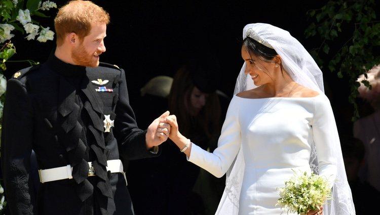 El Príncipe Harry y Meghan Markle se miran cómplices a la salida de la capilla