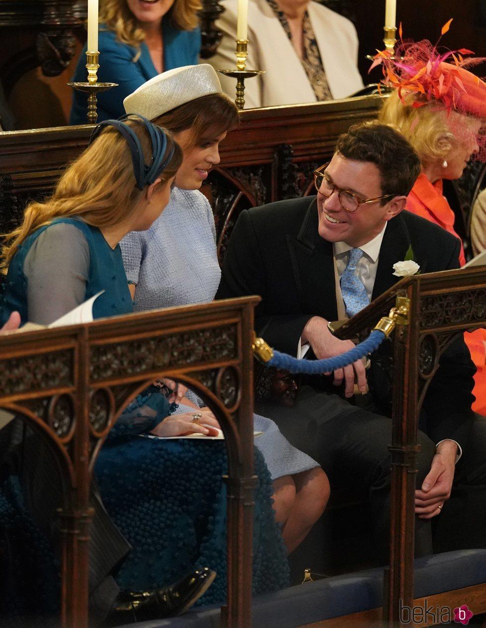 Jack Brooksbank charlando con las Princesas de York en la boda del Príncipe Harry y Meghan Markle