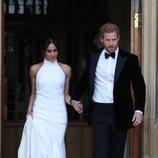El Príncipe Harry y Meghan Markle saliendo del Castillo de Windsor tras su boda
