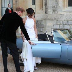 El Príncipe Harry le abre la puerta del coche a Meghan Markle después de haberse casado