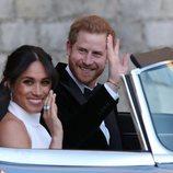 Primer plano del Príncipe Harry y Meghan Markle en dirección a Frogmore House tras su boda