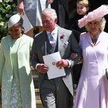 El Príncipe Carlos acompañado de Doria Ragland y la Duquesa de Cornualles en la boda de Harry y Meghan
