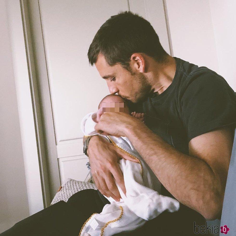 Benji Aparicio con el pequeño Matías en brazos