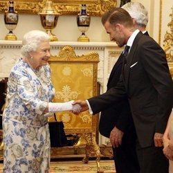 La Reina Isabel II saluda a David Beckham tras un encuentro de la Commonwealth