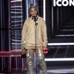 Janet Jackson dando su discurso durante la Gala de los Premios Billboard 2018