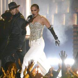 Jennifer Lopez actuando durante los Premios Billboard 2018