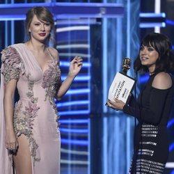 Mila Kunis entrega a Taylor Swift el premio 'álbum del año' en los Billboard 2018