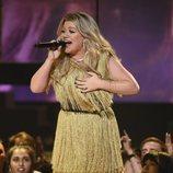 Kelly Clarkson actuando durante la gala de los Premios Billboard 2018