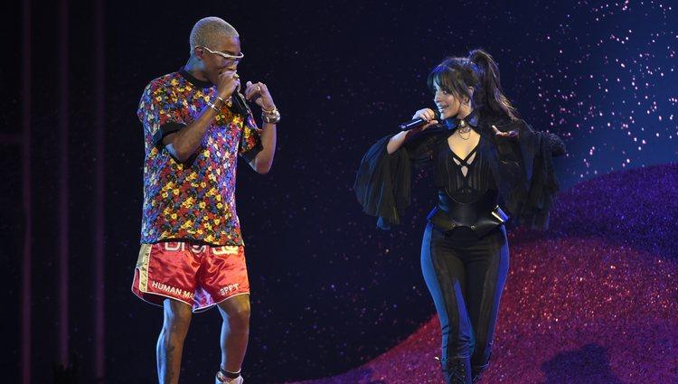 Pharrell Williams y Camilla Cabello actuando durante la gala de los Premios Billboard 2018