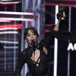 Camila Cabello recogiendo su galardón durante la gala de los Premios Billboard 2018