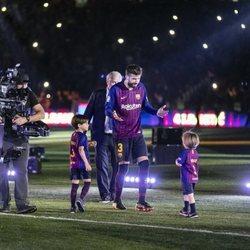 Gerard Piqué con sus hijos Milan y Sasha en el campo de fútbol del F.C. Barcelona