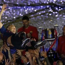 Andrés Iniesta, manteado por sus compañeros en su despedida del F.C. Barcelona