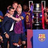 Andrés Iniesta abrazando al entrenador del F.C. Barcelona Ernesto Valverde
