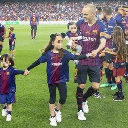 Andrés Iniesta despidiéndose del F.C. Barcelona con sus tres hijos