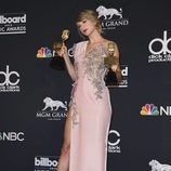 Taylor Swift posa con sus dos premios tras la gala de los Billboard 2018