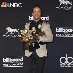 Luis Fonsi con sus 5 premios tras la gala de los Billboard 2018
