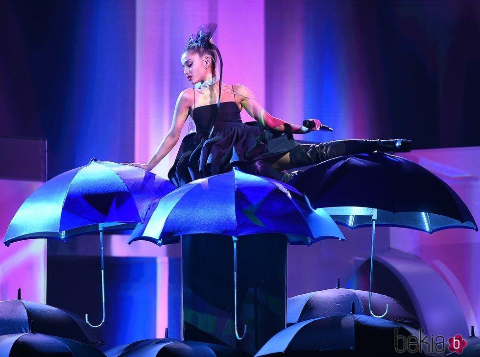 Ariana Grande durante su actuación en los premios Billboard 2018