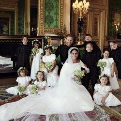 El Príncipe Harry y Meghan Markle posando con sus pajes y damitas de boda