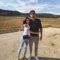 Feliciano López y Sandra Gago visitando una bodega