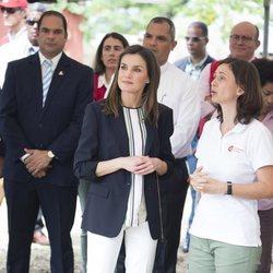 Doña Letizia atiende a las explicaciones de una cooperadora en República Dominicana