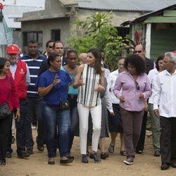 Doña Letizia llegando a visitar una instalación de agua en República Dominicana