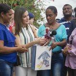 Doña Letizia recibe un regalo durante su viaje de cooperación a República Dominicana