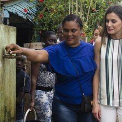 Doña Letizia observa una instalación de agua en un pueblo de República Dominicana