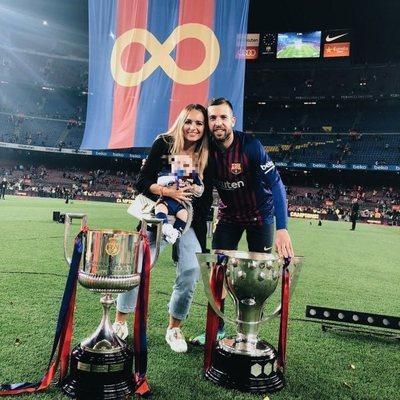 Romarey Ventura, Jordi Alba y su hijo Piero en celebrando el título de la Liga 2018