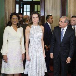 Doña Letizia posa junto al Presidente de República Dominicana y la Primera Dama
