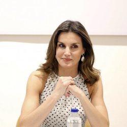 Doña Letizia muy atenta en una reunión de Cooperación Española en República Dominicana