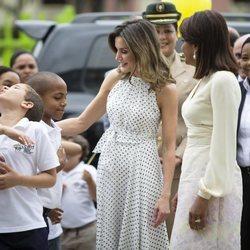 Doña Letizia saluda a unos niños junto a la Primera Dama de República Dominicana