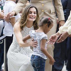 Doña Letizia jugando con una niña durante su viaje de cooperación a República Dominicana