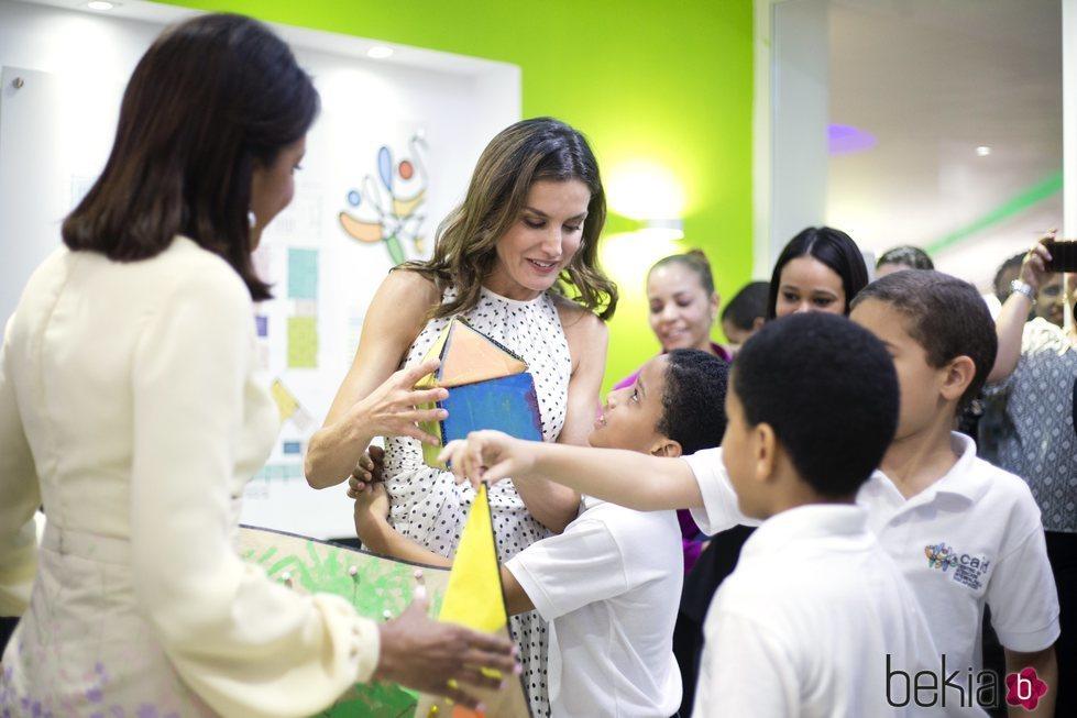 Doña Letizia rodeada de niños durante una de las visitas de su viaje de cooperación en República Dominicana