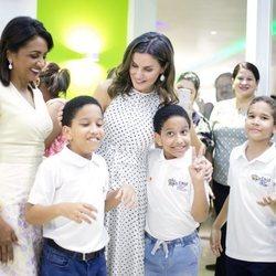 Doña Letizia posa rodeada de niños durante su viaje de cooperación a República Dominicana