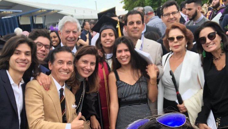Mario Vargas Llosa en la graduación de su nieta Adriana con toda su familia
