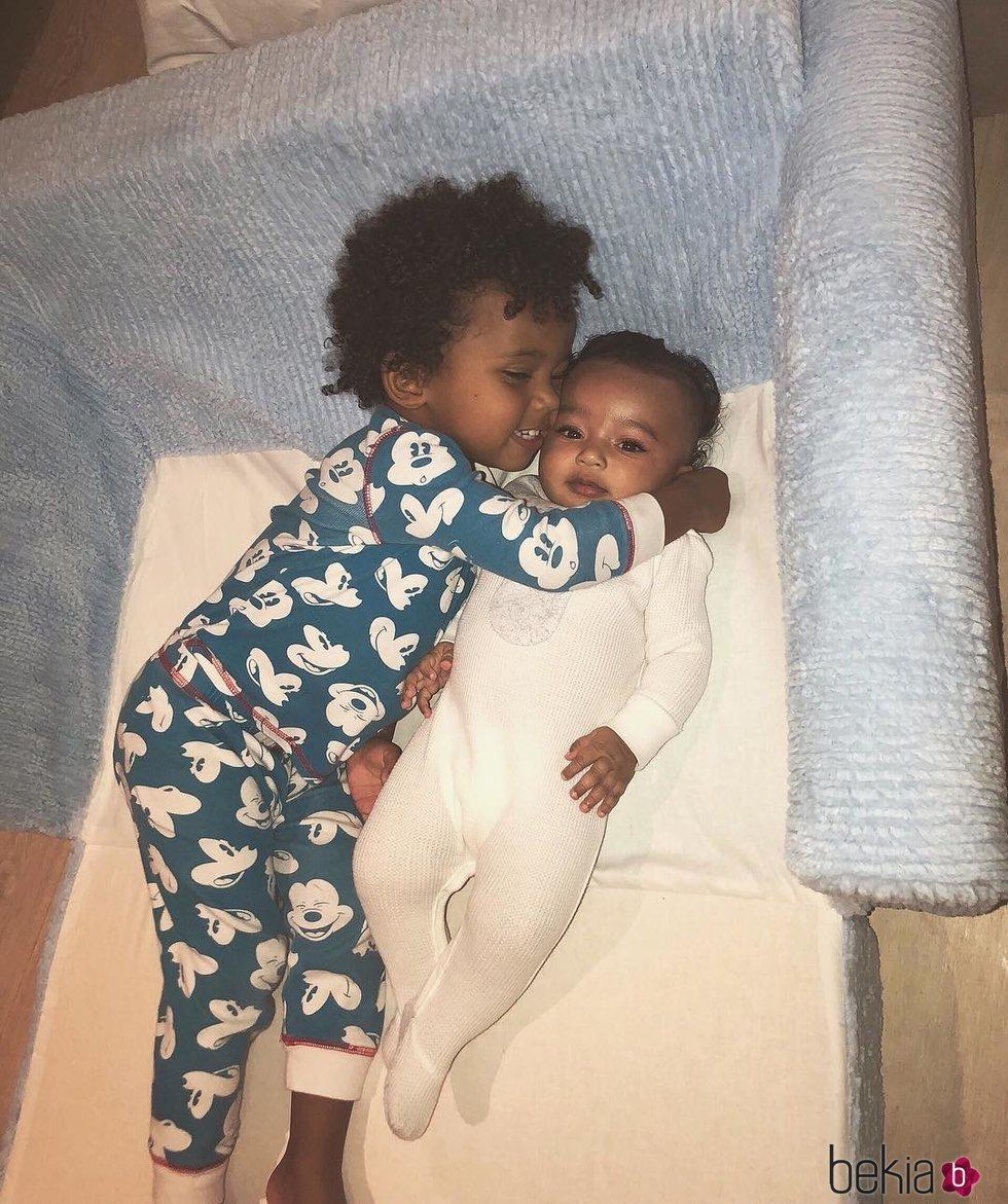 Los hijos de Kim Kardashian, Saint y Chicago West, abrazados en el sofá