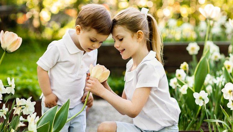Estela y Oscar de Suecia con una flor en un posado primaveral