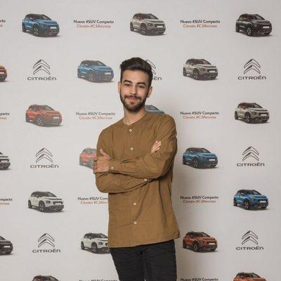 Agoney posando en un evento de una marca de coches