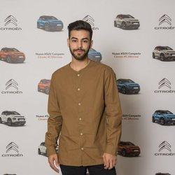 Agoney posa en un evento de una marca coches de la que es embajador