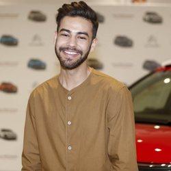 Agoney, muy sonriente en un evento de coches
