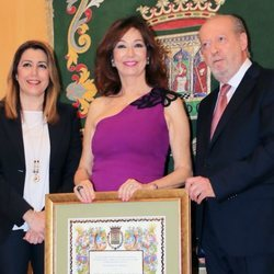 Ana Rosa Quintana recogiendo su título de Hija Adoptiva de Sevilla
