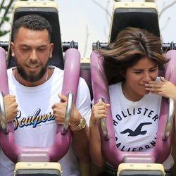 Chabelita Pantoja y Alberto Isla disfrutando en una atracción