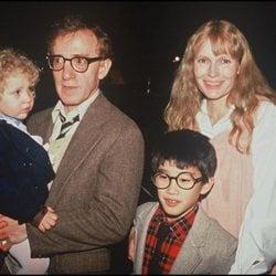 Woody Allen junto a Mia, Dylan y Moses Farrow