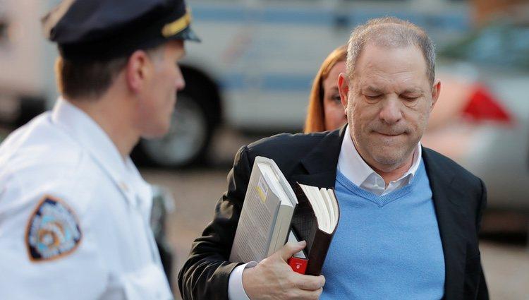 Harvey Weinstein entregándose en la Policía de Nueva York