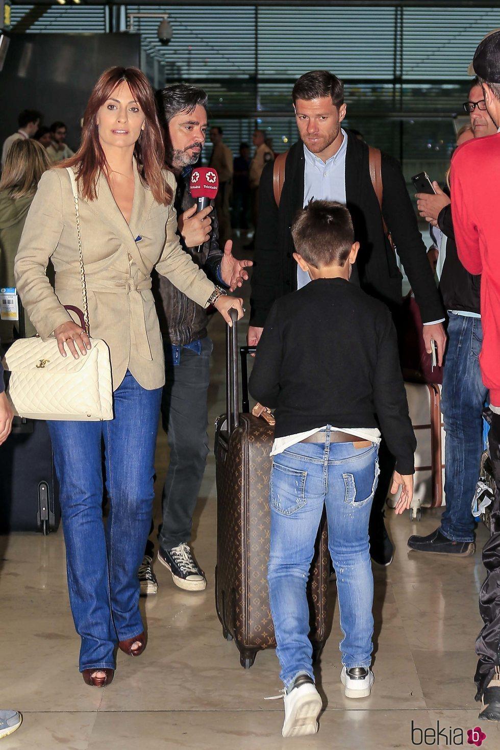 Xabi Alonso, Nagore Aramburu y sus niños rumbo a Kiev